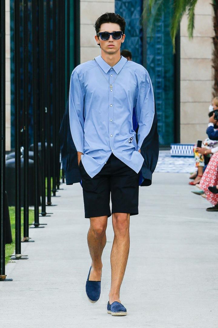 Muž v modré košili a bermudách Dolce & Gabbana