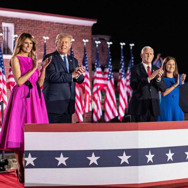 Donald Trump s manželkou Melanii a Joe Biden s manželkou