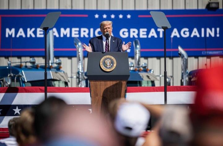 Donald Trump u řečnického pultu
