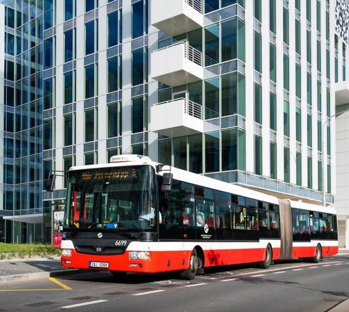 Autobus stojí před moderní budovou