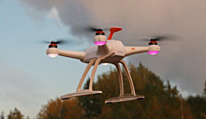 Dron s růžovými světly