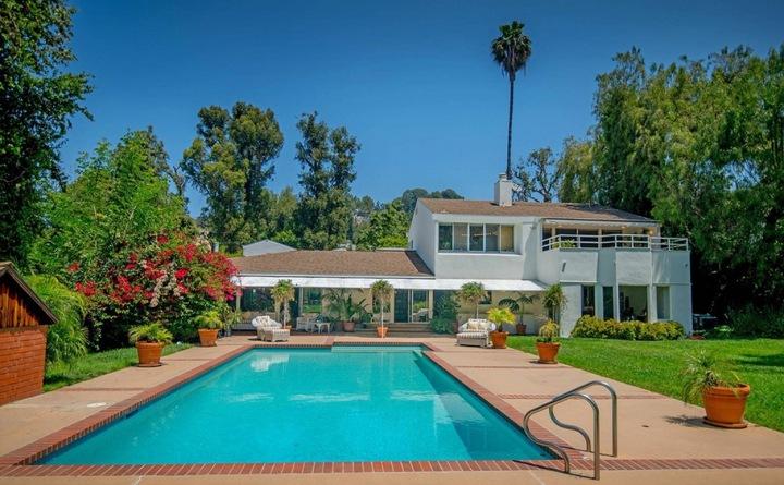 Dům společně s bazénem od Adele