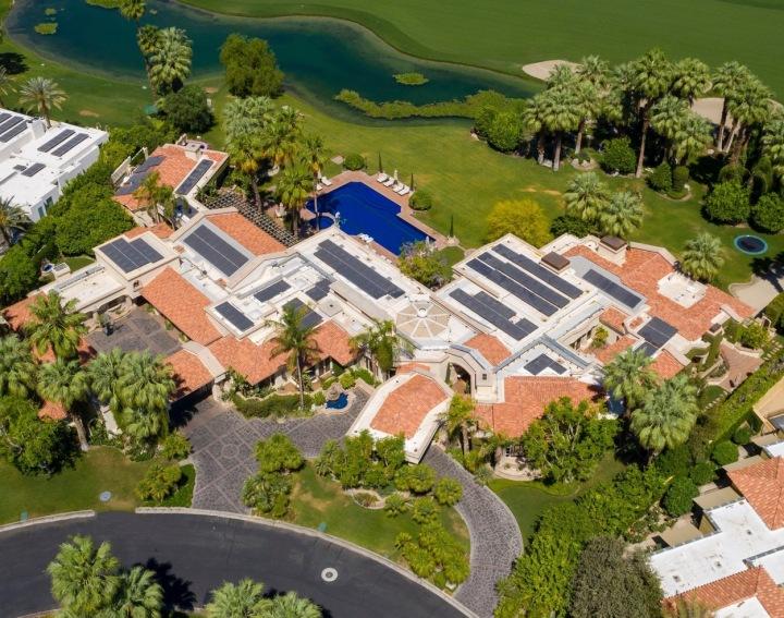 Letecký snímek domu v Kalifornii.