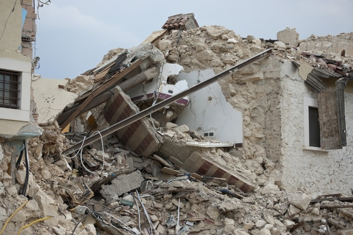 Dům zbořený po zemětřesení.