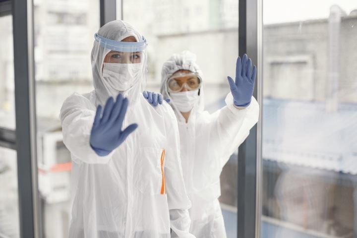 Dva lékaři v maskách a rukavicích.