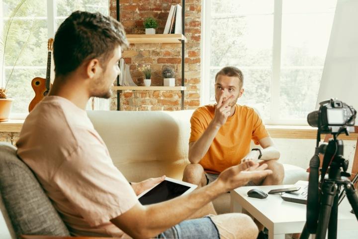 Dva studenti se připravují na online test.
