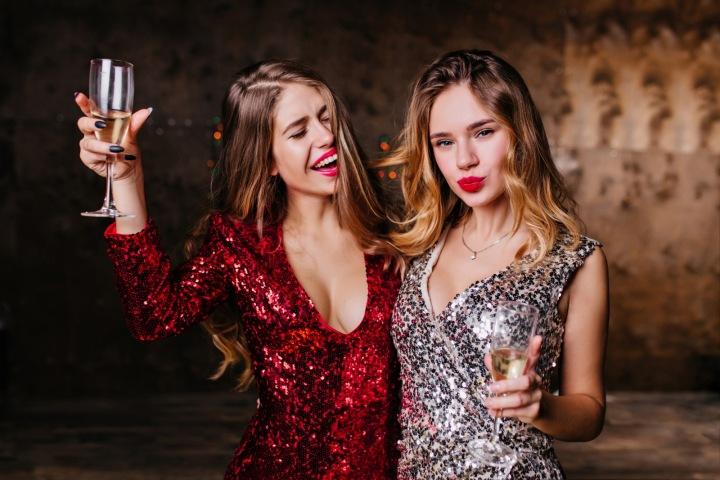 Dvě dívky se skleničkami šampaňského.