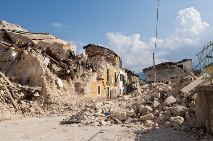 Zřícené domy po zemětřesení