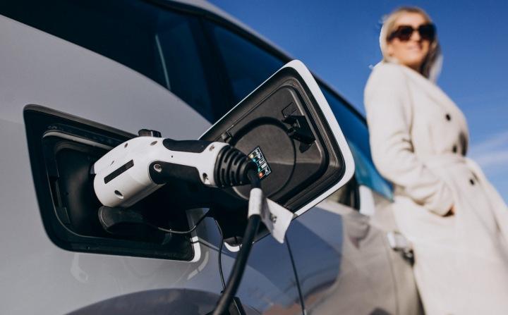 Žena s elektromobilem