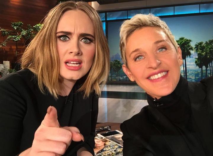 Moderátorka Ellen DeGeneres s Adele ve své show
