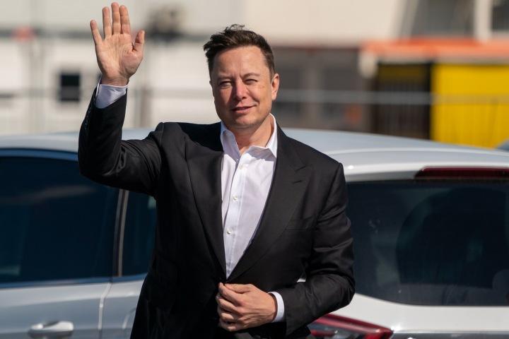 Mávající Elon Musk