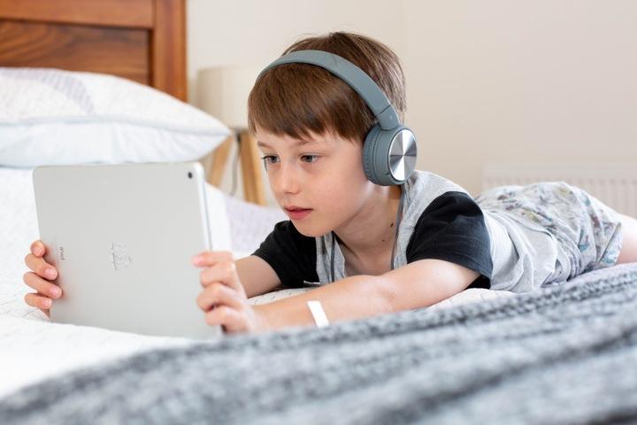 CHlapec si hraje na tabletu