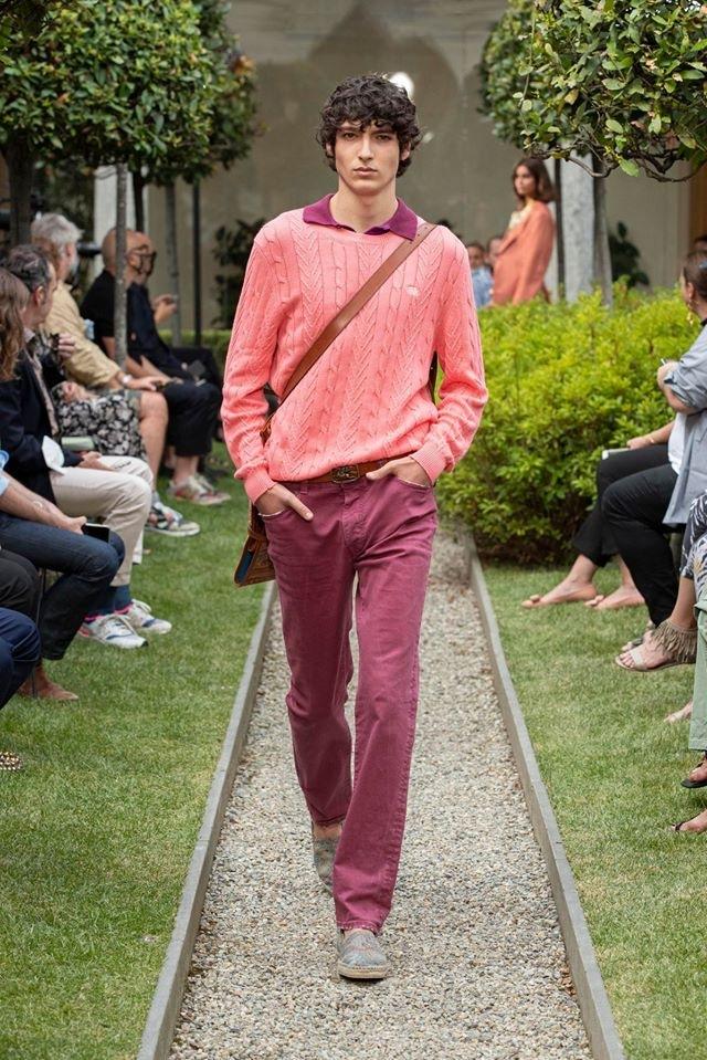 Muž v malinových kalhotách a lososovém svetru Etro