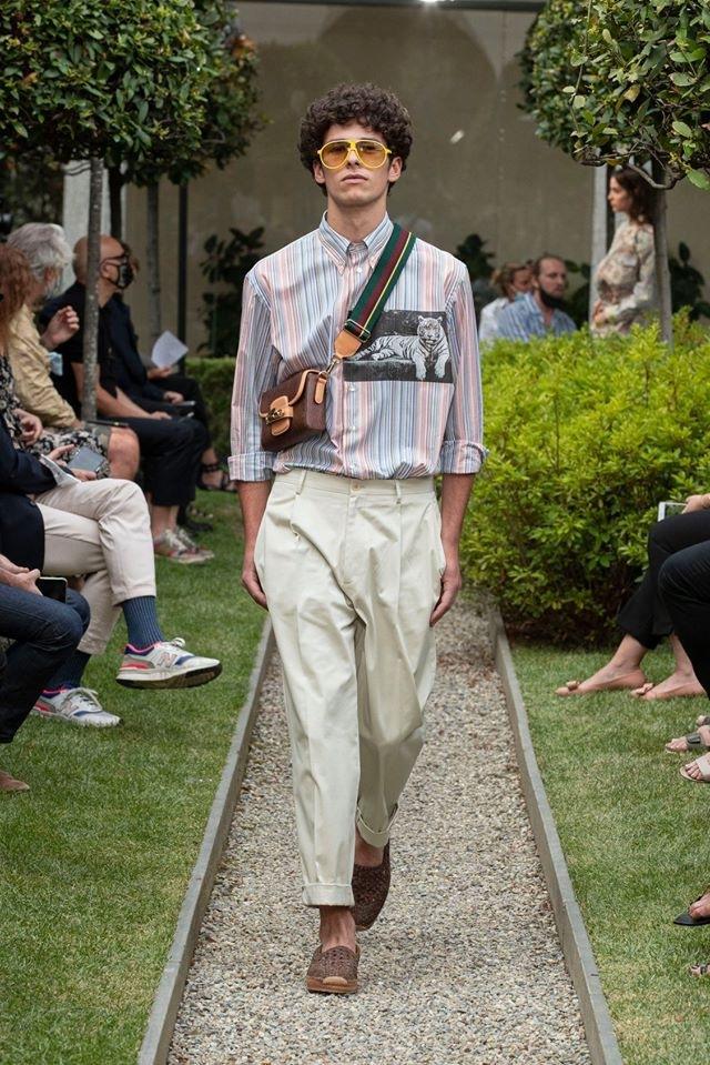 Muž v béžových kalhotách a pruhované košili Etro