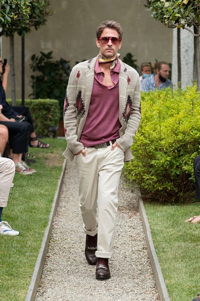 Muž v béžových kalhotách a pleteném svetru Etro