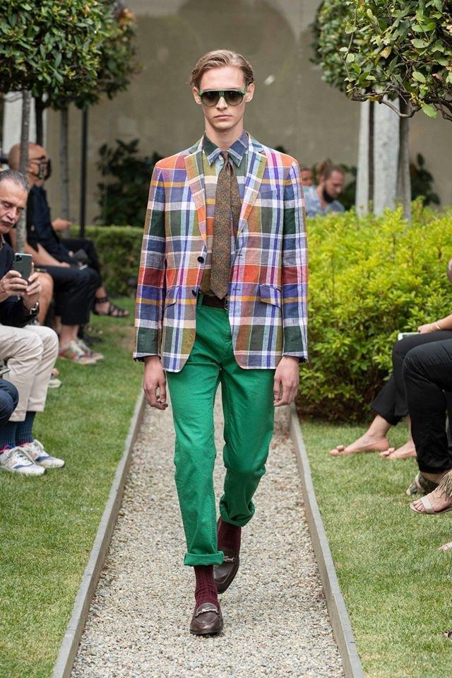 Muž v zelených kalhotách a barevném saku Etro