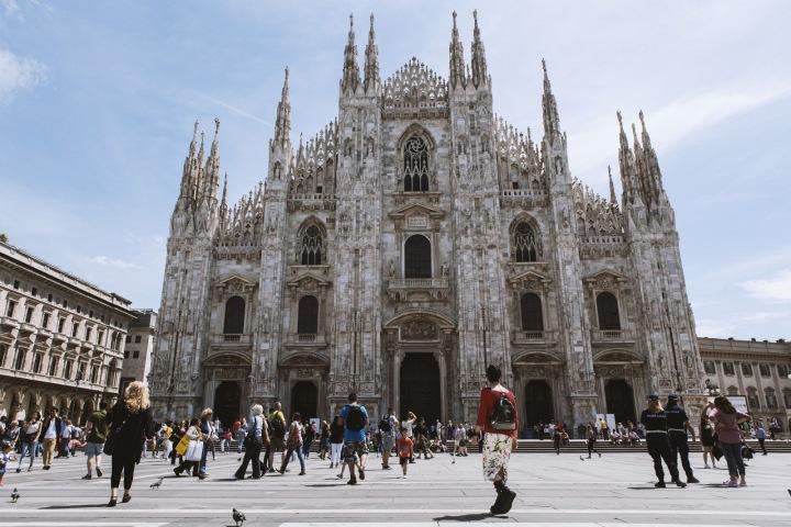 V italském Miláně obchody zejí prý prázdnotou.
