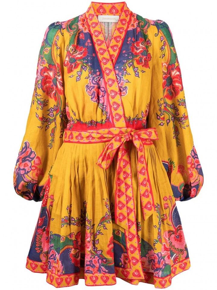 Žluté šaty s květinovým vzorem.