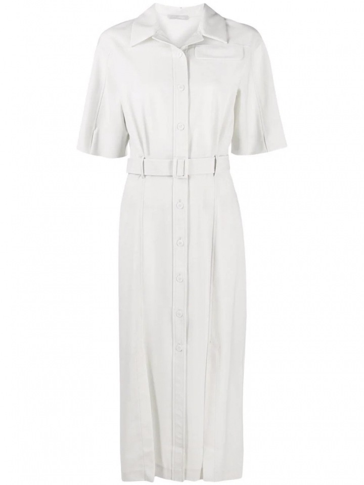 Bílé šaty s páskem.
