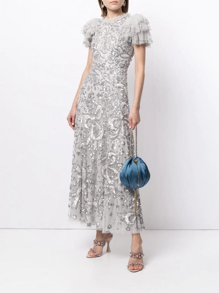 Stříbrné šaty s nabíranými rukávy
