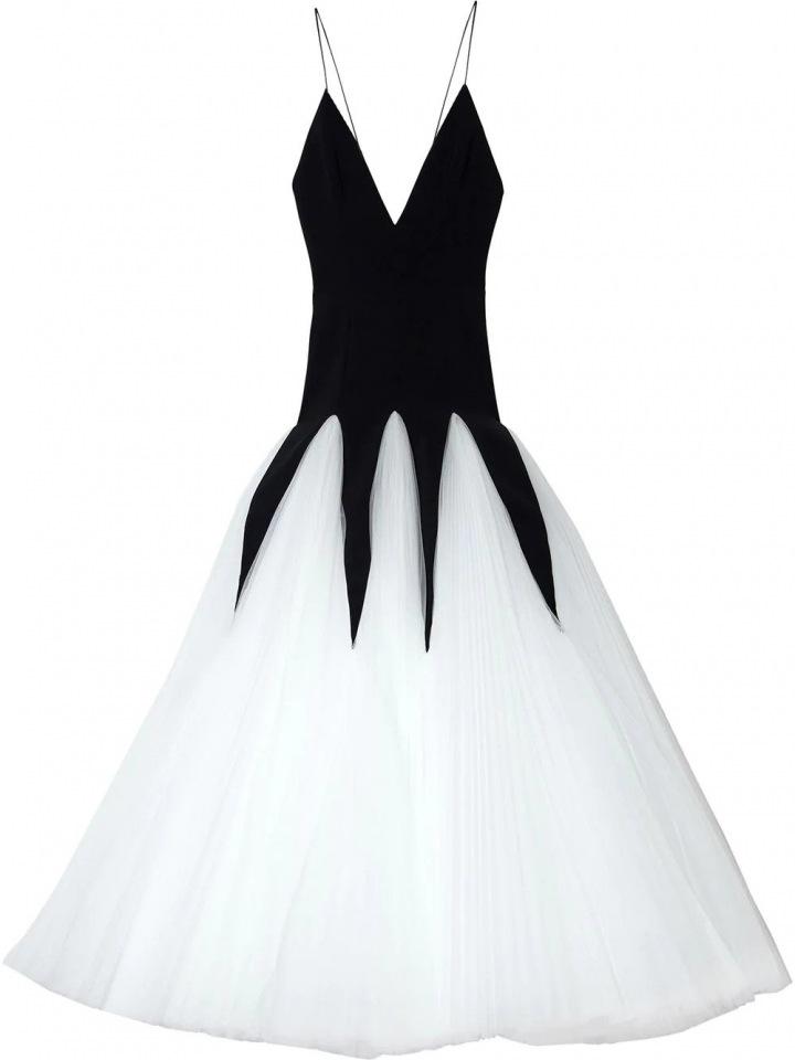 Černé šaty s bílou sukní