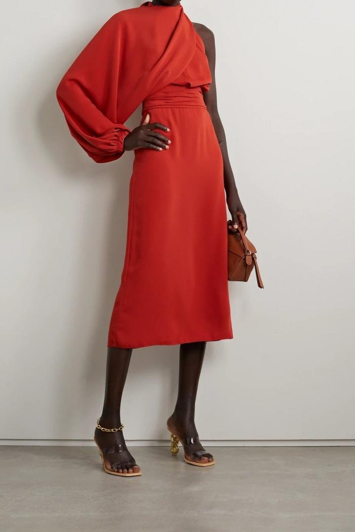 Červené šaty se spadeným ramenem