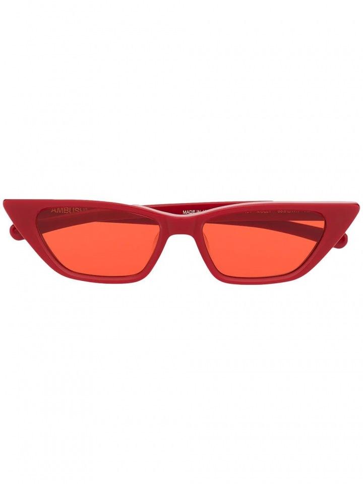 Červené sluneční brýle