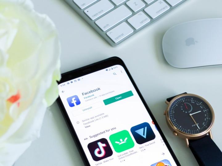 Aplikace Facebook na chytrém telefonu a chytré hodinky Misfit