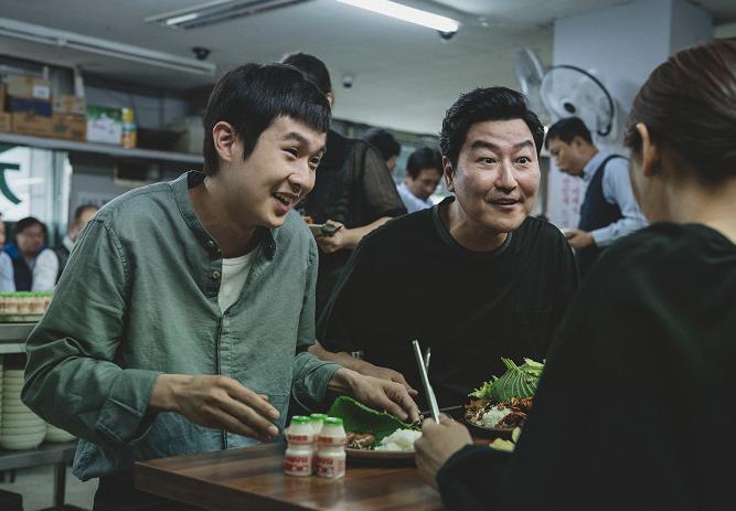 Woo-shik Choi a Kang-ho Song ve filmu Parazit