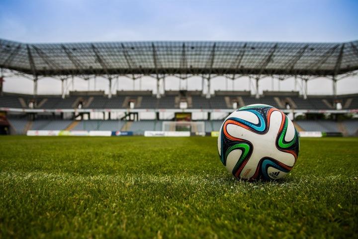 Fotbalový míč na ploše stadionu
