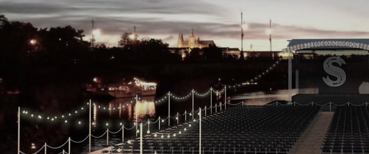 Plovoucí scéna na hladině Vltavy