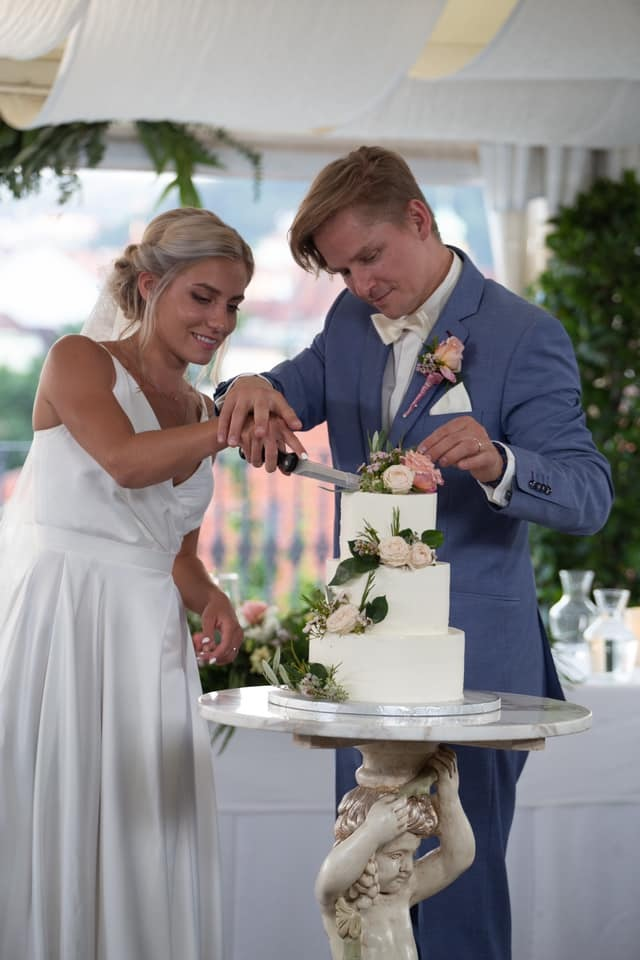 František a Natálka krájí dort.