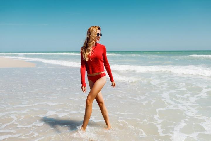 Atraktivní dívka v červeném v moři