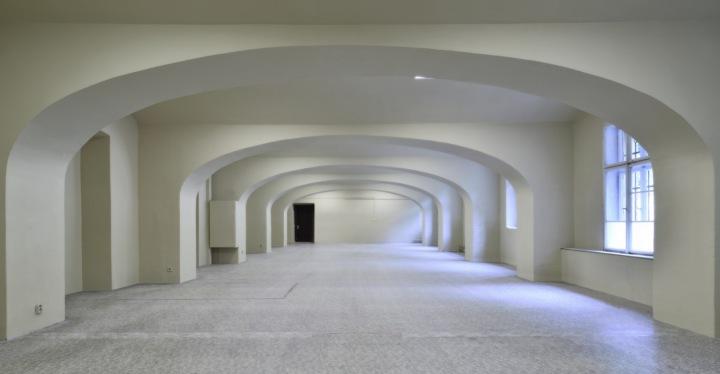 Čistě bílý sál Gabriel Loci