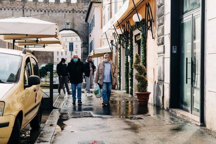 Lidé na ulici v rouškách
