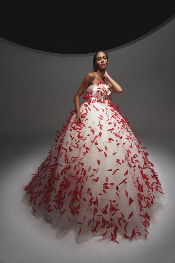 Bílé šaty s pírky Giambattista Valli Fall 2020 Haute Couture