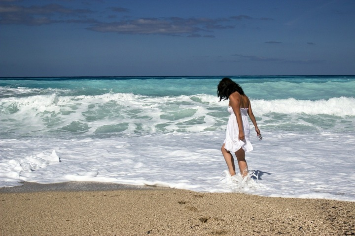 Dívky si užívá mořských vln