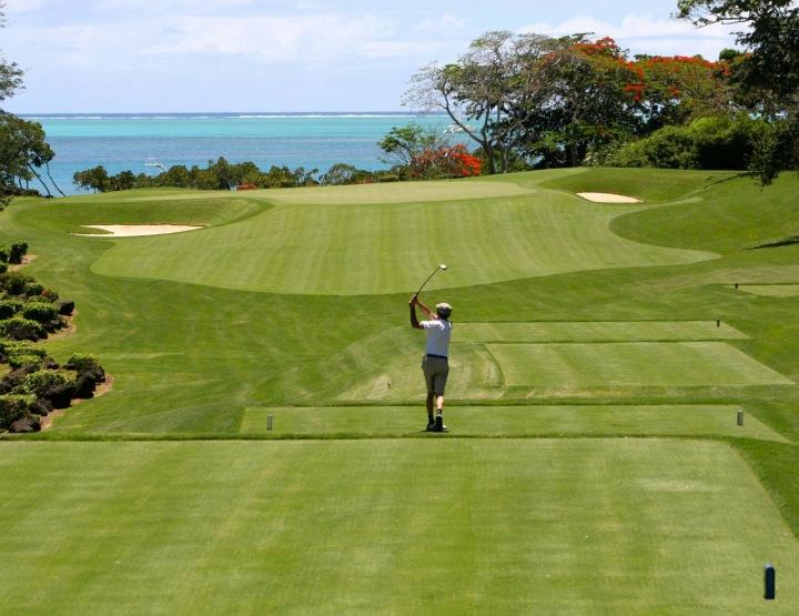Golfista na greenu.