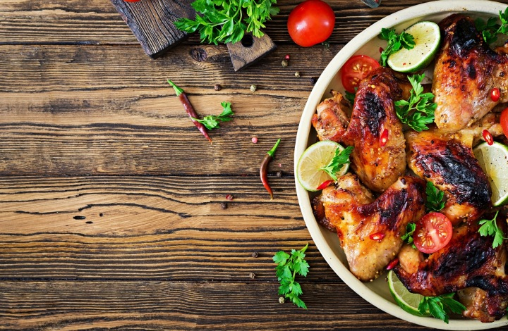 Grilované kuře na stole.