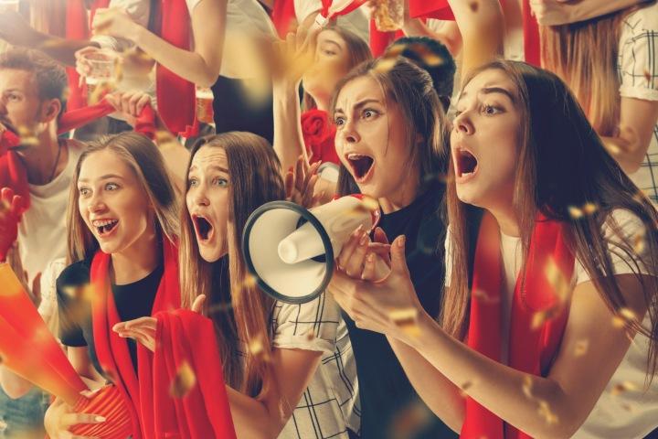 Ženy fandí na fotbalovém stadionu