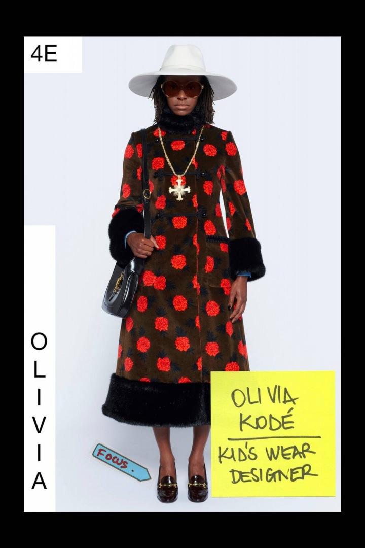 Žena v hnědo-červeném kabátu Gucci Resort 2021