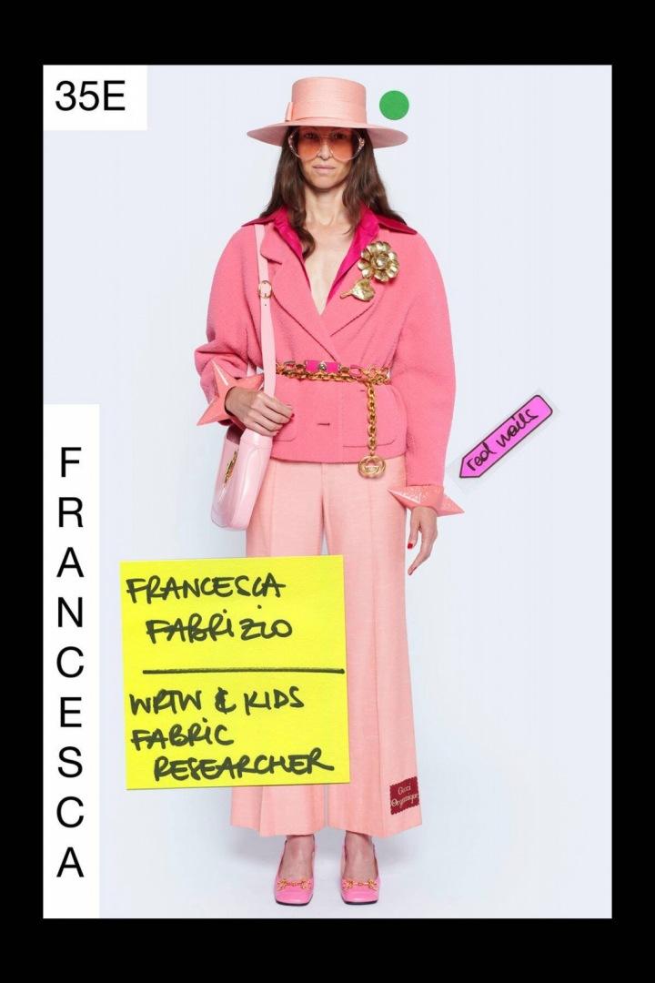 Žena v růžovém modelu Gucci Resort 2021