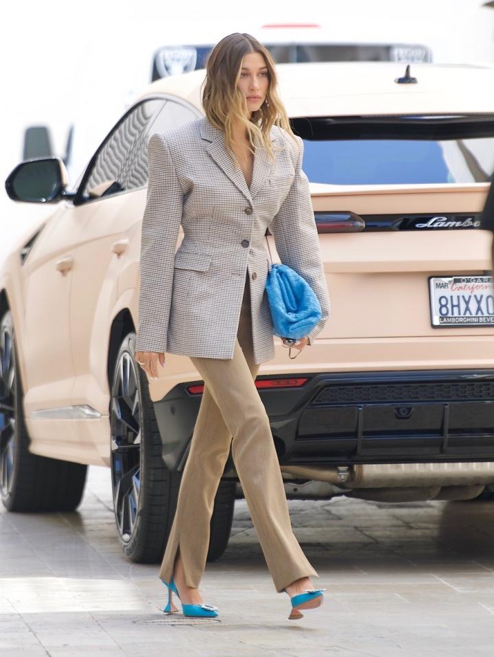 Hailey Bieber s kabelkou Bottega Veneta.