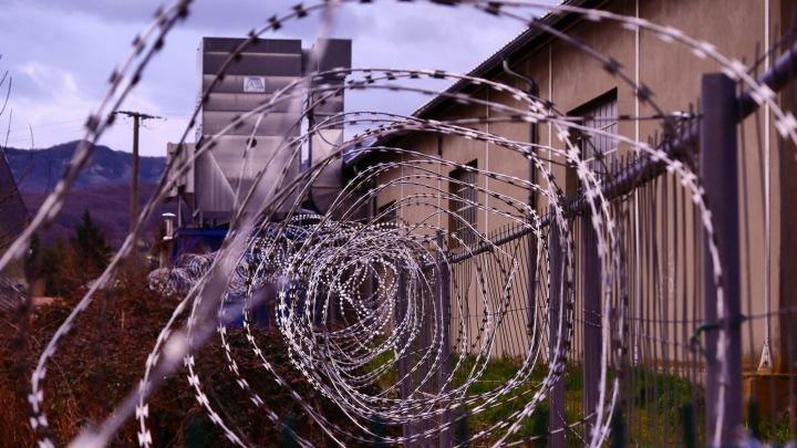 Dráty na vězeňském oplocení