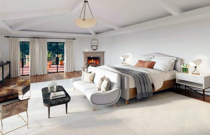 Hlavní ložnice v bílé barvě.