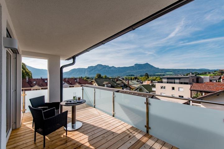 Ubytovat se můžete jak v kempu, tak v luxusních hotelech, kterých je kolem jezera nespočet.