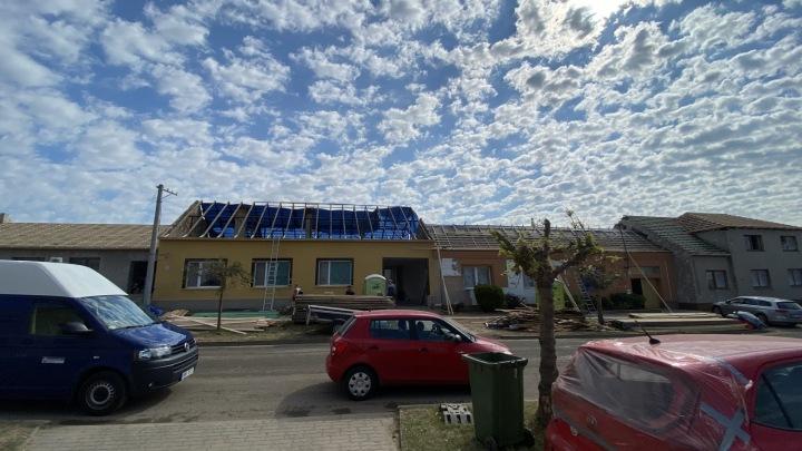 Obec Hrušky dostává novou podobu, stavějí se nové střechy