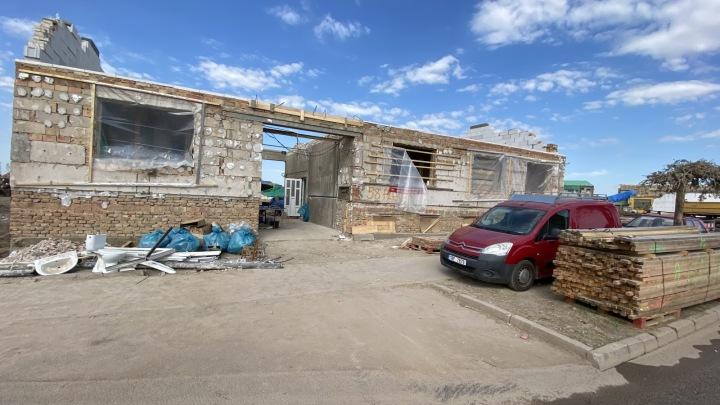 Obec Hrušky dostává novou podobu, stavějí se nové domy na místě těch, co musely být strženy