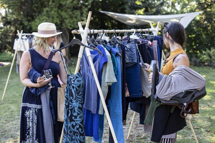 Ženy nakupují na venkovním bazárku