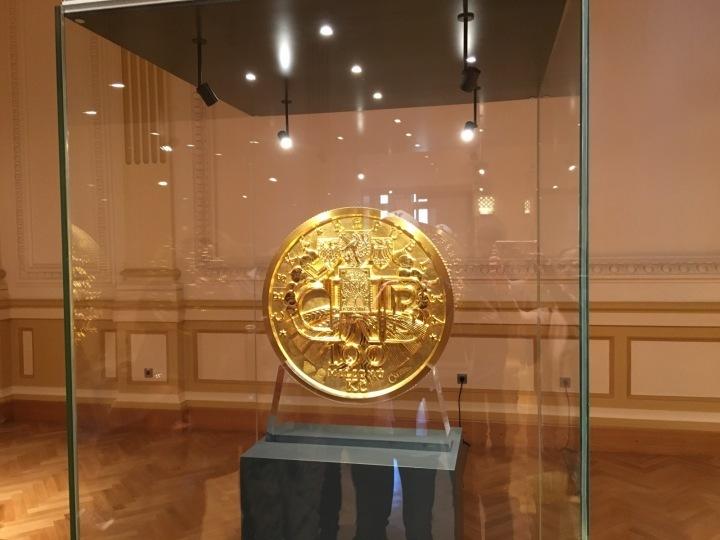 Nominální hodnota zlaté mince je 100 milionů korun.